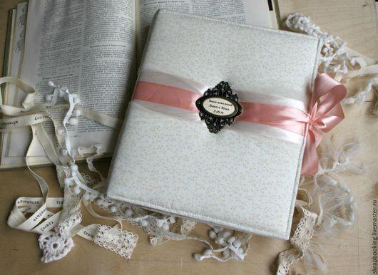 С мягкой обложкой с 30 страницами с местами для фото и записей. Каждая страница прошита, выполнена по индивидуальному заказу. Выполним свадебную книгу пожеланий или любую другую свадебную работу на за