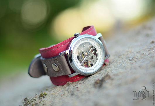 Наручные часы Glory - это дизайнерский аксессуар от studio MART, в котором используется широкий кожаный браслет ручной работы и механические часы калибра 2650