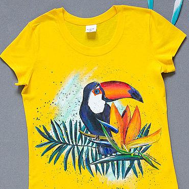 Одежда ручной работы. Ярмарка Мастеров - ручная работа Жёлтая футболка с росписью - Тукан в тропиках. Handmade.