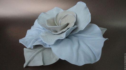 Брошь- цветок объёмная из кожи роза `Нежность` кремовая.  Брошь на сумку, пояс, шляпу, пальто, шубу, пиджак, платье, свитер,шарф,шаль, платок, палантин, верхнюю одежду.  Подарок женщине, себе любимой.