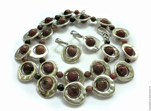Комплект украшений `Полное затмение` выполнено из бусин натурального Родонита и качественной металлофурнитура цвета серебра,швензы родированные.