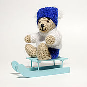 Куклы и игрушки ручной работы. Ярмарка Мастеров - ручная работа Вязаный мишка с санками. Handmade.