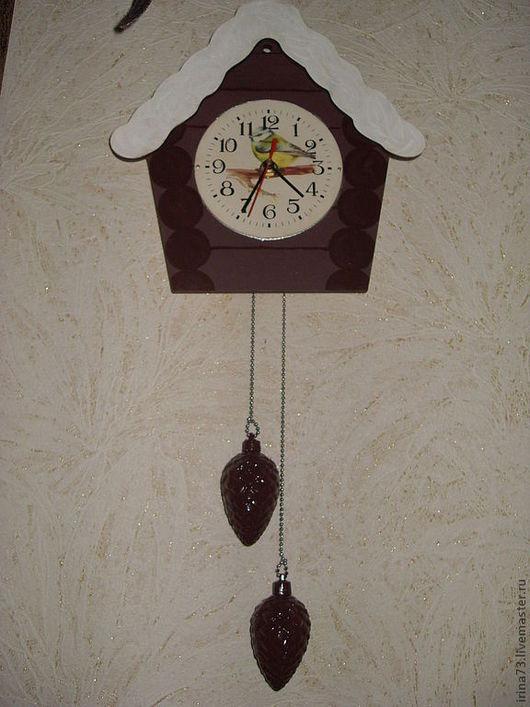 Часы для дома ручной работы. Ярмарка Мастеров - ручная работа. Купить птичка-синичка. Handmade. Коричневый, декупажная карта, шишки