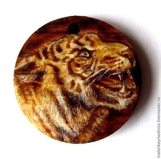 """Кулоны, подвески ручной работы. Ярмарка Мастеров - ручная работа. Купить """"Злой тигр"""", кедровый кулон, выжигание. Handmade. Оранжевый"""