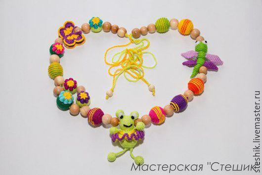 Слингобусы `Цветочная полянка` - не просто бусы, а целый набор игрушек.Шикарная длина слингобус позволяет использовать их в качестве растяжки для кроватки, автокресла и коляски.Можжевеловые слингобусы