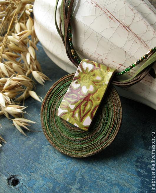 крупный кулон из полимерной глины `Лесные цветы`. Автор -Алина Логинова (украшения `Брусника`).