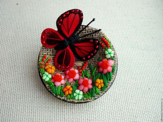 текстильная брошь `Бабочка и цветочная поляна`
