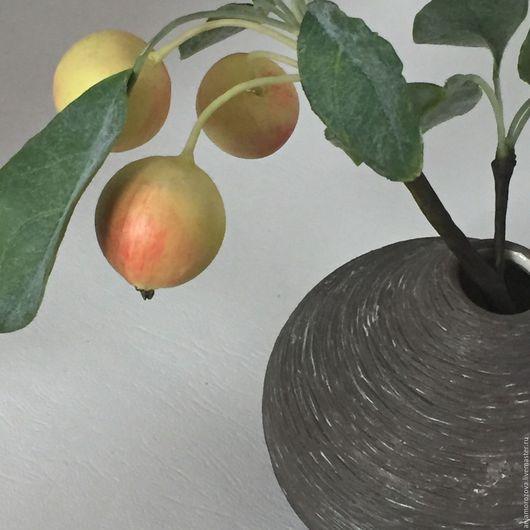 Интерьерная композиция Веточка (ветка) яблони с реалистичными яблочками, окрашенными масляными красками. Украшение интерьера, холодный фарфор