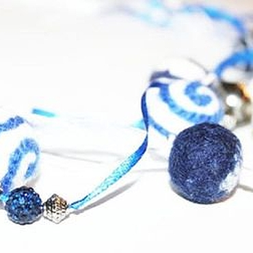 Украшения ручной работы. Ярмарка Мастеров - ручная работа Бусики бусы валяные бохо синие белые многорядные. Handmade.