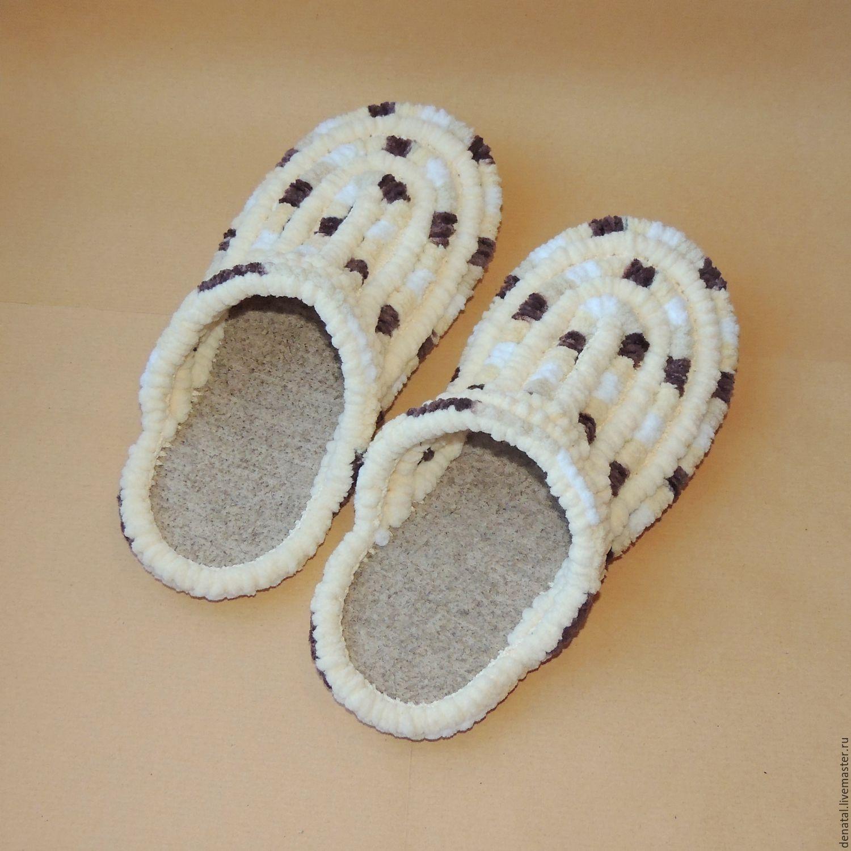 Магазин ДеНаталь представляет новинку - вязаные плюшевые тапочки шлёпки. Обувь ручной работы вязаная крючком. Тапочки связаны на подошве, не скользят, простой уход, прослужат не один сезон.