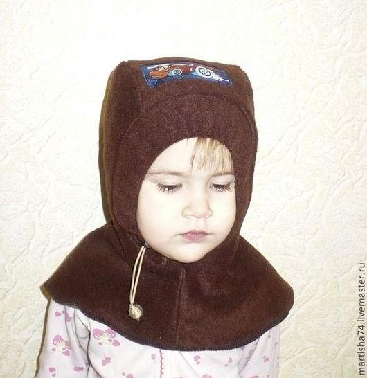 На фото  ребенку 2, 3 г, окружность головы 48,5 Если присмотреться то видно , что в боковых швах в области макушки еще есть запас . Подойдет на возраст от 2 до 4 лет