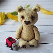 Куклы и игрушки ручной работы. Ярмарка Мастеров - ручная работа Маленький медвежонок с красным грузовичком из шерсти. Handmade.