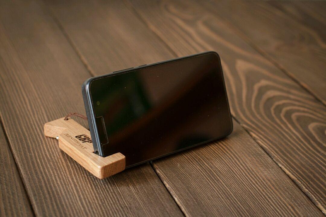 Подставка для телефона в виде брелока с открывашкой